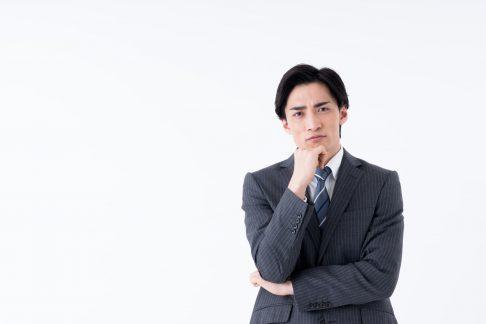 節税対策について考えるビジネスマン